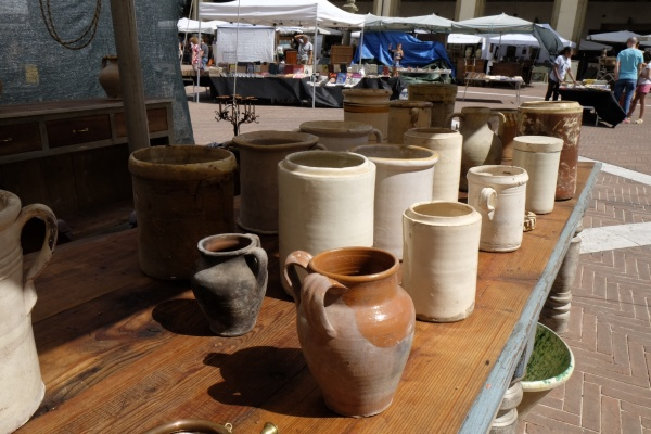 Here's some pottery that certainly someone will love from the Arezzo Antique/Flea Market.