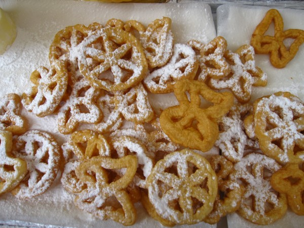 These are cenci at carnevale sold by a vendor in Sansepolcro; cenci a great Italian recipe.