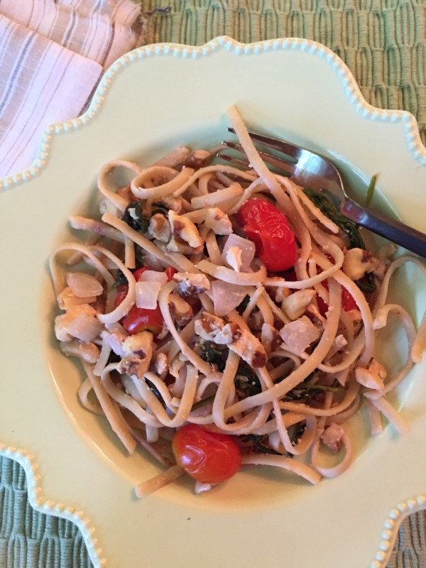 Summer pasta with walnuts and ricotta is perfect to savor on a summer night.