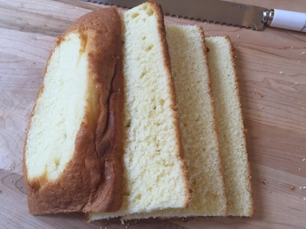 Cut the pound cake into 4 layers to make the cassata.